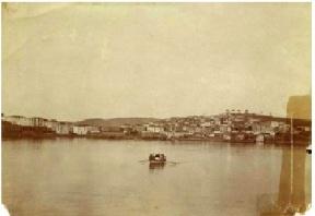 """Η Ερμιόνη από τον ορμίσκο του Λιμανιού, 1900. Φωτογραφία από τον ιστότοπο της """"Πρωτοβουλίας Ενεργών Πολιτών Ερμιόνης""""."""